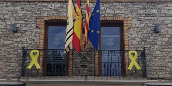 Banderes a mig pal en senyal de dol pel COVID-19