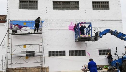 Sant Guim de Freixenet inicia l'acció participativa de pintar un mural amb la col·laboració de tothom qui vulgui.